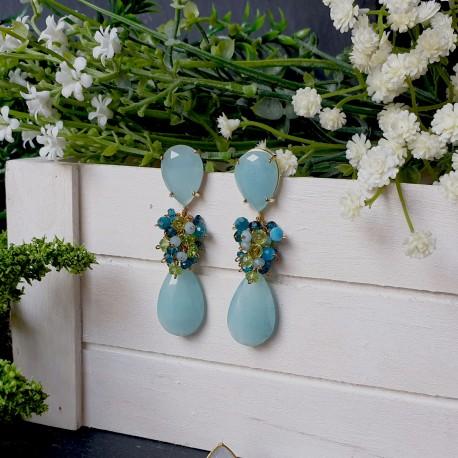 Pendiente de racimo con base en forma de lágrima de jade y peridoto, apatito, topacio, calcedonia y jade.