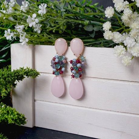 Pendiente de racimo con base en forma de lágrima de jade y rubí, apatito, ópalo azul, iolita, cuarzo rosa y jade